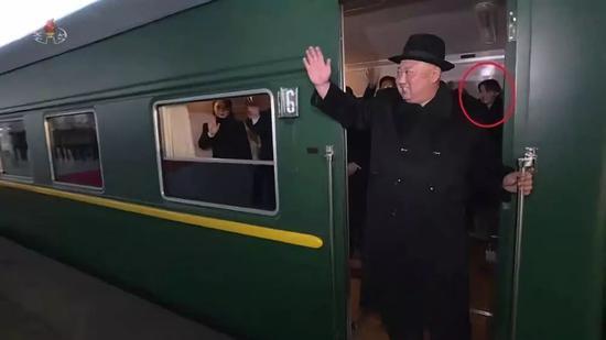 △朝鲜中央电视台1月8日播报金正恩访华消息,图中红圈为金与正