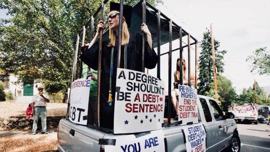 ▲俄勒冈州的大学生在抗议高额学生贷款 (via Reuters)