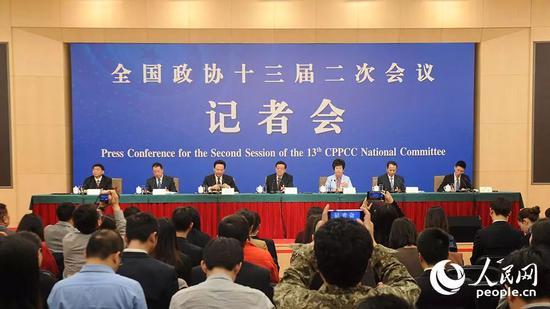 3月5日下午3时,政协委员谈打赢防范化解重大风险、精准脱贫、污染防治三大攻坚战记者会在梅地亚两会新闻中心举行。人民网记者 于凯 摄