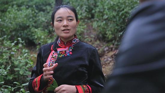 """△为传承畲族文化,在工作中的雷金玉会经常穿畲族的传统服装""""凤凰装""""。"""