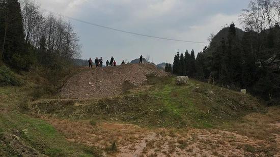 ▲回风斜井废石场原来是条壕沟,现在已填平复垦。新京报首席记者?陈杰?摄
