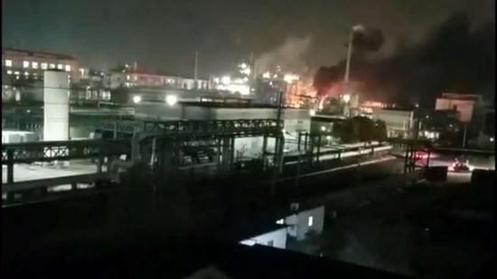 事发现场有明火和大量浓烟。 视频截图