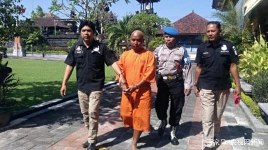中国游客巴厘岛遭性侵案嫌疑人(左二)。(图据央视网)