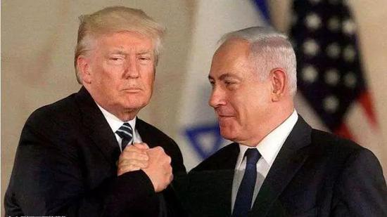 """(图:""""脑补""""台词:""""来了,老铁!""""图为美国总统特朗普和以色列总理内塔尼亚胡。)"""