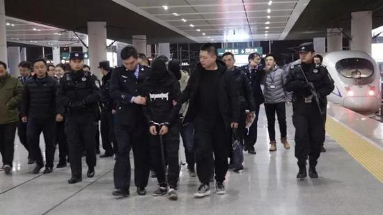 一名組織人體販毒的販毒頭目被警方抓獲帶回南京