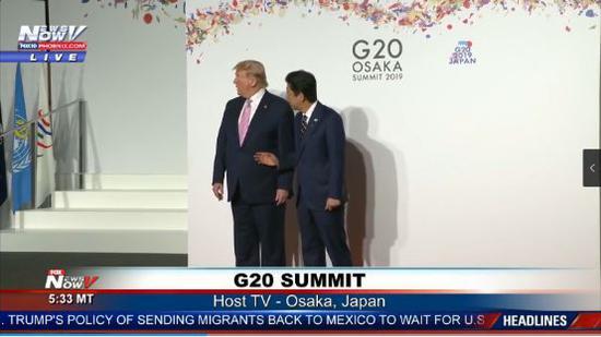 随后特朗普迅速将头扭向右侧,安倍的手也从握手的姿势稍作改变,似乎轻拍了特朗普一下。
