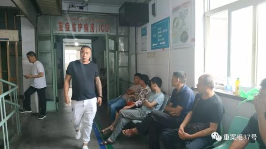 ▲义煤集团总医院重症监护室门口,多位爆炸事故中的伤者家属焦急等待。新京报记者 刘名洋摄