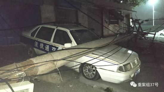 ▲一电线杆在爆炸事故中被工厂内飞出铝铁制品砸断。新京报记者 刘名洋 摄