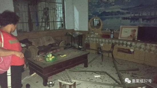 ▲距离义马化工厂500米左右的一户居民家中,门窗玻璃全部被震碎。新京报记者 刘名洋 摄