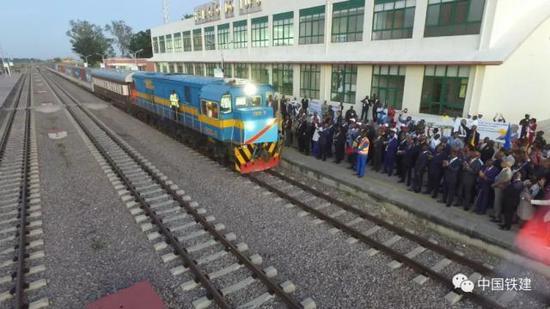 满载锰矿石的货运专列驶入本格拉铁路卢奥车站