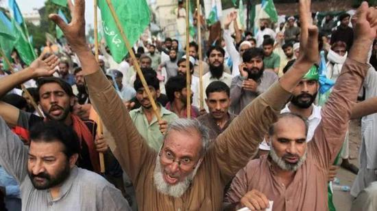 巴基斯坦人民抗议莫迪政府此举(来源:路透社)