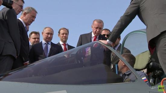 埃爾多安參觀蘇-57的駕駛艙(RT電視臺)
