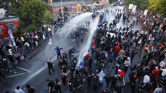 2017年7月6日,漢堡,德國警察用高壓水槍對付示威者。