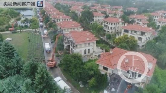 秦岭北麓违建别墅被拆除。 央视新闻截图
