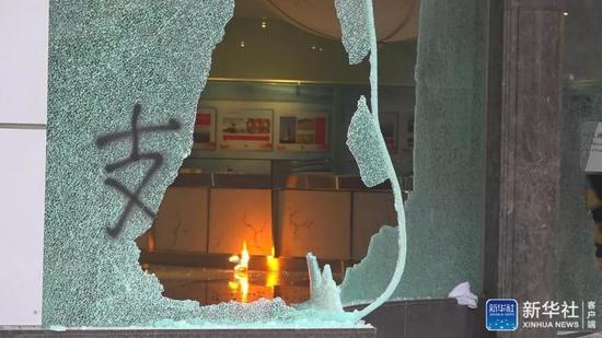 2日下午,位于香港的新华社亚太总分社办公大楼遭暴徒打砸破坏。(图源新华社客户端,下同)