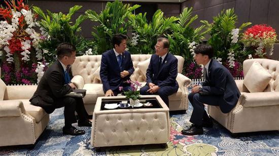 4日,韩日领导人在曼谷举行双边会谈。(青瓦台)