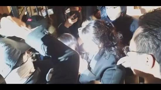 郑若骅遭暴徒包围(视频截图)。