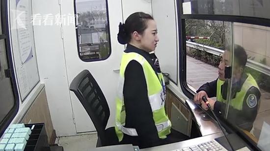 20岁女收费员被骂哭 下一秒抹掉眼泪微笑服务