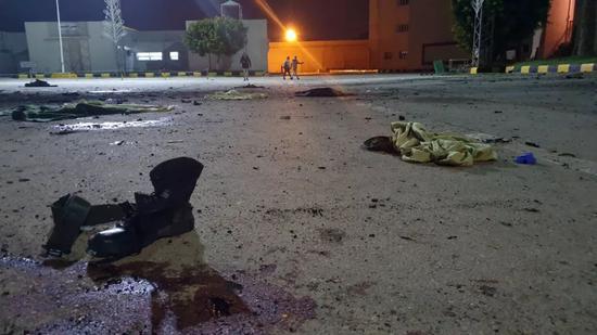 1月4日,在利比亚的黎波里,军事学院遭空袭后衣物散落在空地上。新华社发(哈姆扎·图尔基亚摄)