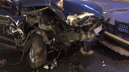 一位自愿司机在运送物资时发生车祸