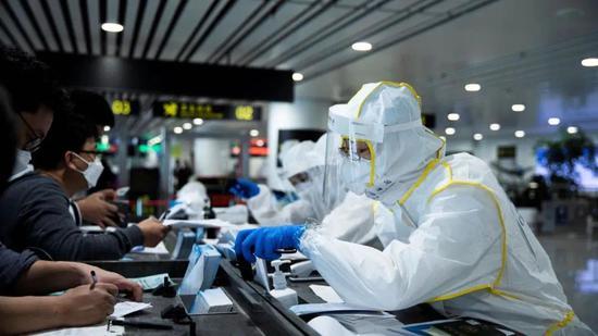 △海关关员正在指导旅客填写健康证明卡 海关总署供图