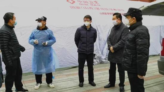 刘剑红(左二)协调物资工作