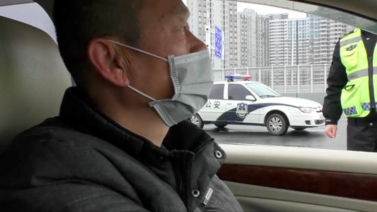 """1月23日,武汉""""封城""""后, 交通不便,父亲主动当起司机,每天开车载敖慕麟做报道。刘义农摄"""