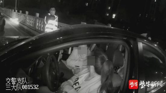 父亲酒驾与母亲调换座位 7岁儿子当场揭穿父母谎言