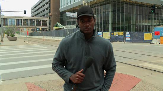 记者在米尼苏达州直播抗议中逮捕…