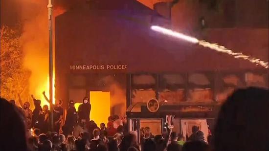 (图说:抗议群多向明尼阿波利斯市警察局抛掷燃烧瓶。)