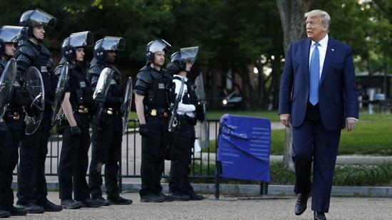 """6月1日,美国警察开道后,特朗普前往""""总统教堂""""。(美联社)"""