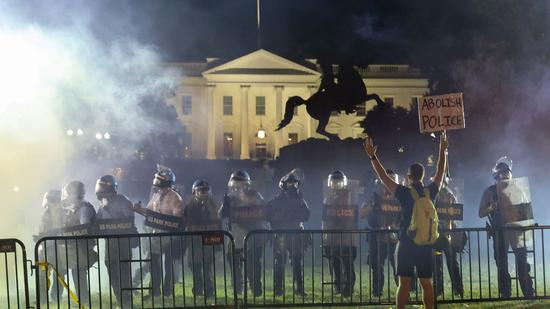 5月31日,美国警察在白宫附近架起路障,阻止示威者靠近。(路透社)