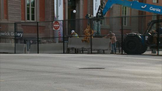 白宫安保升级,2.5米铁丝网外,又加固水泥墩。(推特)