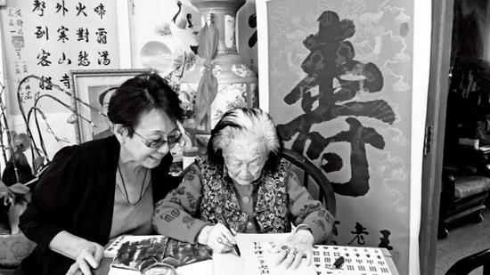 2015年,北京西路军研究会会长胡滨江去王定国家中看望她。图/受访者提供