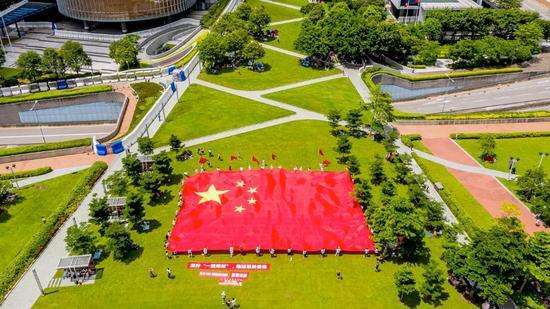 市民展示巨幅国旗。