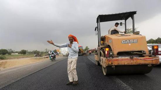 印度公路建设 图源:路透社