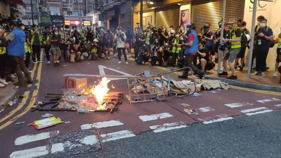 示威者将印有警务人员个人资料的纸片散落在地上