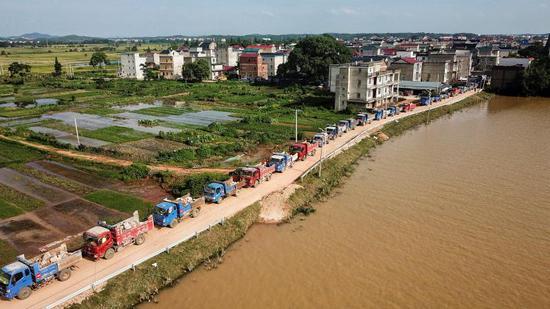 中国安能第二工程局厦门分公司做事人员固决口附近及修筑会车平台。新京报记者 王飞 摄