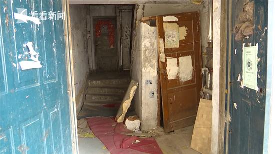 """小区楼道塌陷20多天 居民每天""""跳""""回家"""