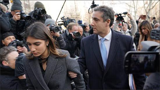 ↑此前,科恩与妻子在媒体的包围下进入法庭。图据观察者网