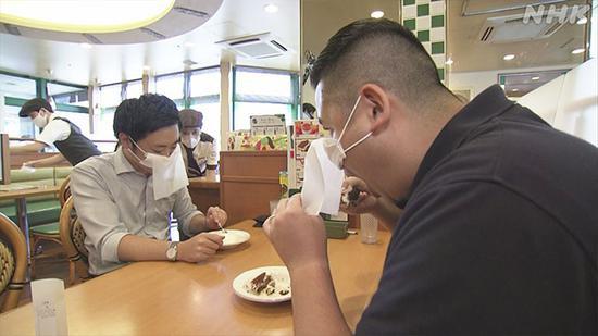 日本快餐品牌推出的餐饮用口罩(日本NHK电视台)