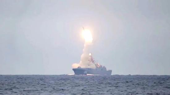 """22350型护卫舰首舰""""戈尔什科夫海军元帅""""号发射导弹"""