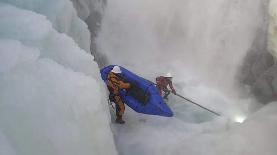 救援队在事发冰川展开深度救援。受访者供图