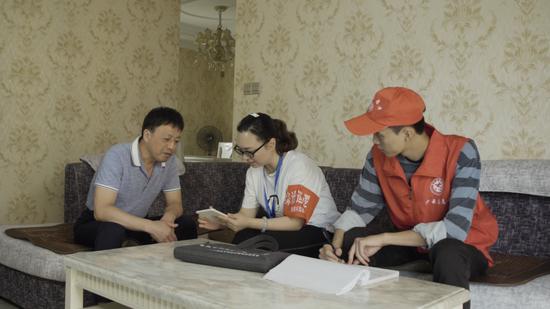 铜梁区东城街道长坡社区坦然员走访辖区内网格,协助居民登记疑难题目诉求