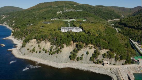 (图说:宫殿坐落在黑海沿岸。图/Youtube)