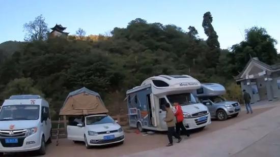 ·苏敏的小车被两辆房车夹在中间。