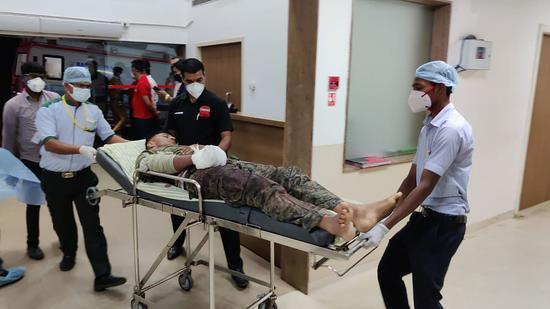 在袭击中受伤的印度士兵