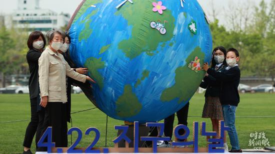 """△4月22日,韩国首尔举行迎接""""世界地球日""""活动,呼吁防疫和环保。(图/视觉中国)"""