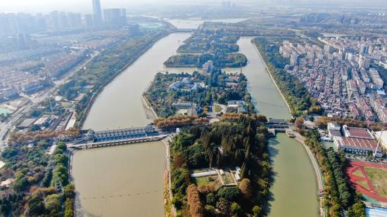 ↑位于江苏扬州的南水北调东线工程源头江都水利枢纽(2020年11月14日摄,无人机照片)。