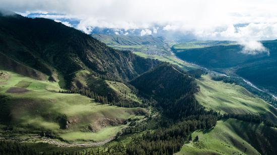 巍巍祁连山脉,横跨青陇两省,具有维护青藏高原生态平衡,阻止腾格里等沙漠南侵,保障黄河和河西走廊内陆河径流补给的重要功能。